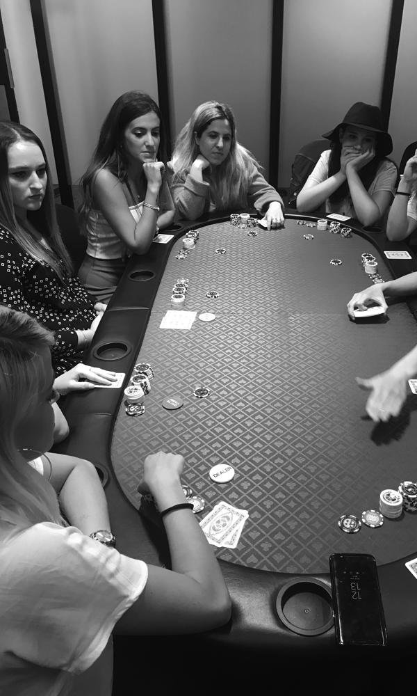 נשים משחקות פוקר סביב שולחן פוקר